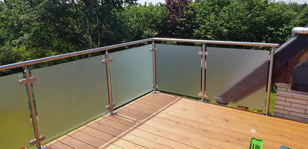 Balkonanlage mit Edelstahlgeländer inkl. Glasfüllung Satinato