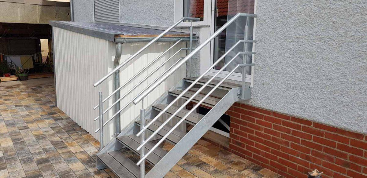 Treppe verzinkt mit WPC-Stufen Hirsch Metallbau